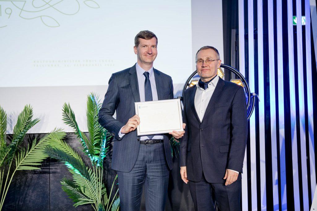Paremal LHV juhatuse liige Erki Kilu kultuuriminister Tõnis Lukaselt Kultuurisõbra tiitlit vastu võtmas